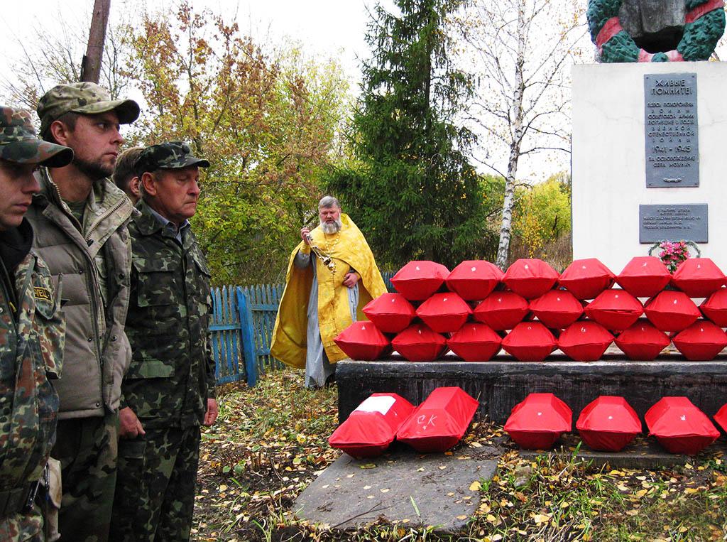 Перепоховання останків воїнів в селі Мохнач Зміївського району