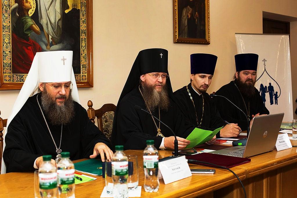 редставники Ізюмської єпархії взяли участь у роботі VI-ї Всеукраїнської конференції керівників єпархіальних відділів УПЦ у справах сім'ї