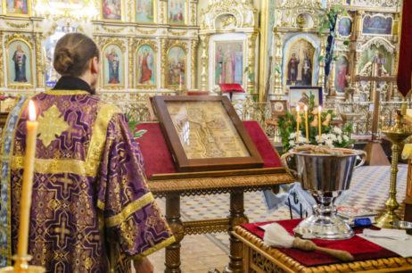 Молебное пение у Животворящего Креста Господня