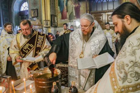 Правящий архиерей совершил Таинство Елеосвящения